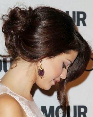 Puedes llevar mechas a los lados,flequillo,trenzas,accesorios,todo con mucha elegancia y glamour,para este efecto debes tener el pelo largo y muy bien