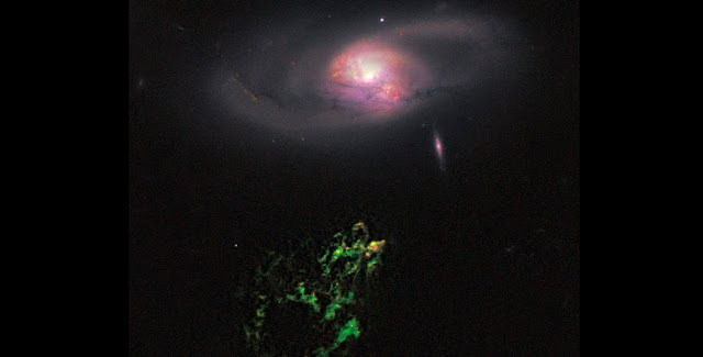 """""""Hanny's Voorwerp"""" (green, below) is an astronomical object that has been turned off around 200,000 year ago. Visible in the upper part is the spiral galaxy IC 2497. (Photo: NASA, ESA, W. Keel, Galaxy Zoo Team)"""