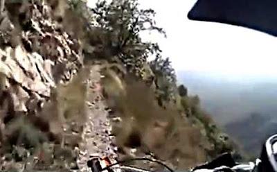 バイクで崖道