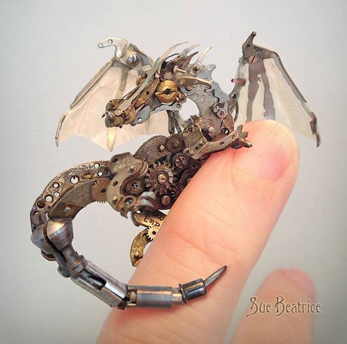 Artista recicla piezas de reloj para convertirlas en espectaculares esculturas diminutas