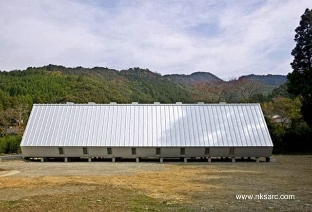 Vista de perfil de la casa rural japonesa vanguardista
