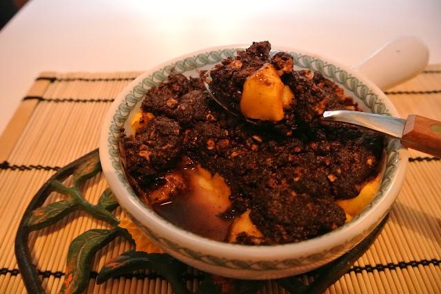 crumble di pesche, cioccolato e amaretti