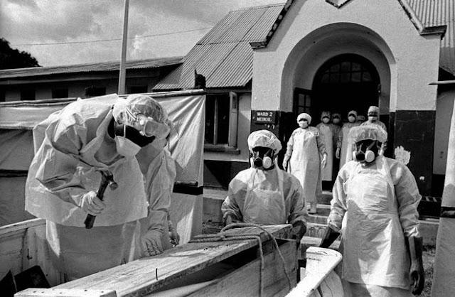 Παγκόσμιο θρίλερ για τον Έμπολα: Δεν συλλέγουν τα πτώματα των νεκρών στη Λιβερία