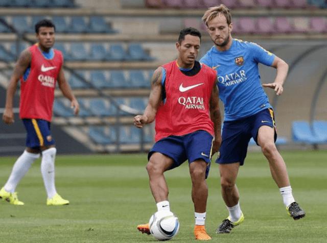 Especulado no mercado recentemente, Adriano desfalcará Barça na decisão contra Bilbao (Foto: Divulgação/FCB)