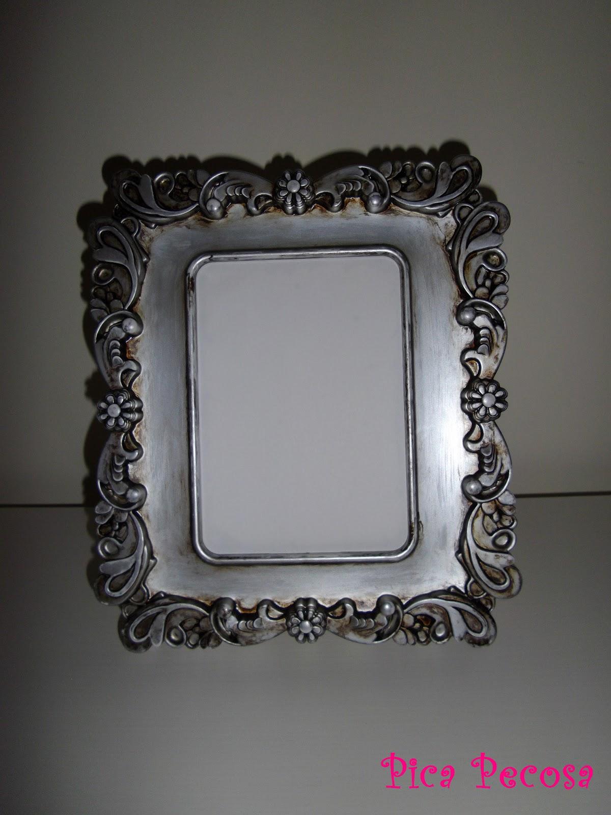 Marco blanco de ikea a plata envejecida diy pica pecosa - Paredes con marcos de fotos ...