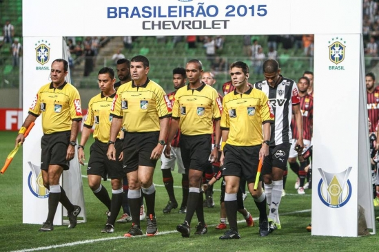 Arbitragem de Marcelo de Lima Henrique foi criticada por torcedores e diretores do Atlético-MG após a derrota para o Atlético-PR