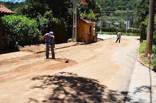 Uma equipe de sete homens, dois caminhões e uma retroescavadeira trabalha na recuperação da Estrada do Peru, em Albuquerque  