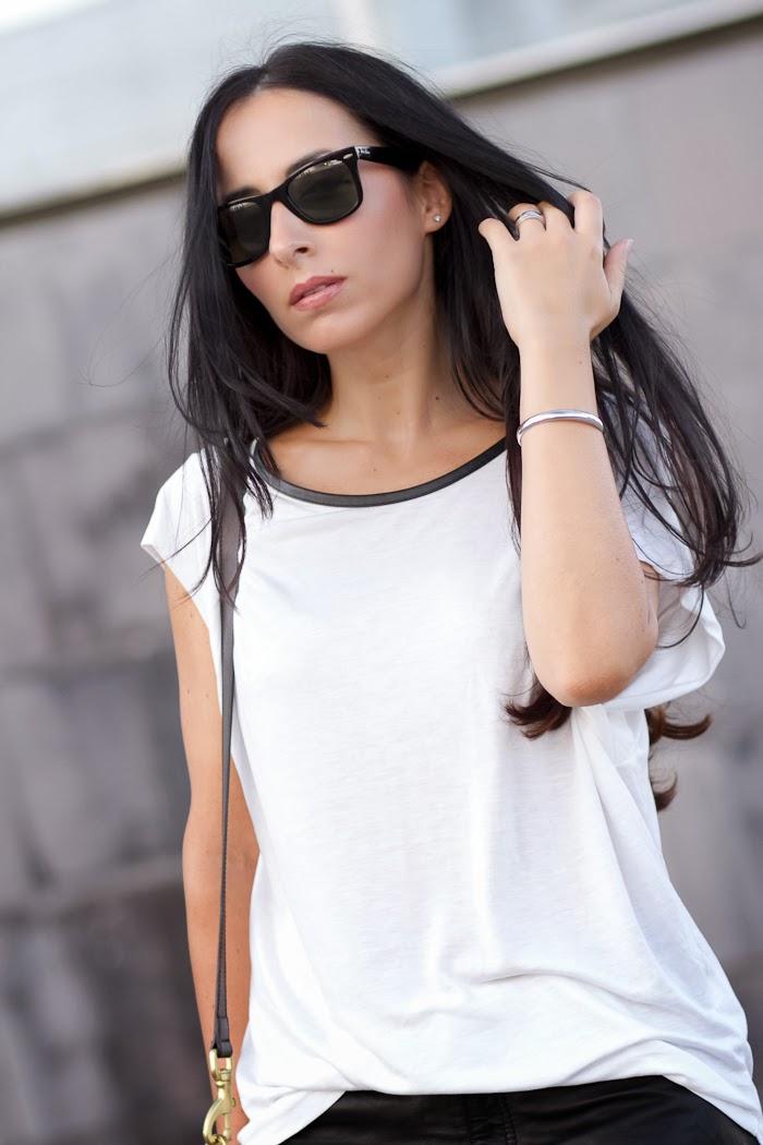 Brazalete de plata de Bellast y gafas de sol RayBan Wayfarer polarizadas