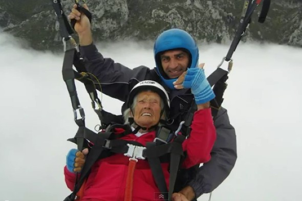 World's oldest paraglider, 2012 oldest paraglider, Peggy McAlpine photo, Oldest Female to Paraglide, world's oldest paraglider at 104, British oldest paraglider woman, oldest person to go paragliding, paragliding Guinness World Record, Scottish oldest paraglider, video of oldest paraglider, oldest UK paraglider