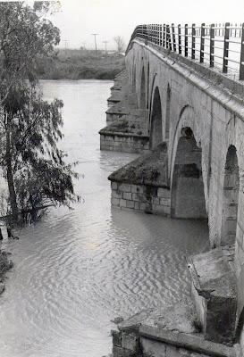 El Puente de Cartuja en la década de los 50. En primer plano, la lápida.(Fotografía facilitada por J. Salas)