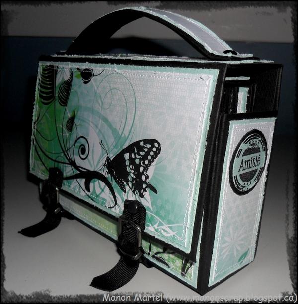 Alors voici mon sac d'école avec mon mini a l'intérieur.