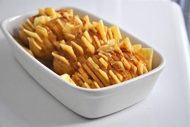 Ofenkartoffeln gut würzen und mit Öl bepinseln