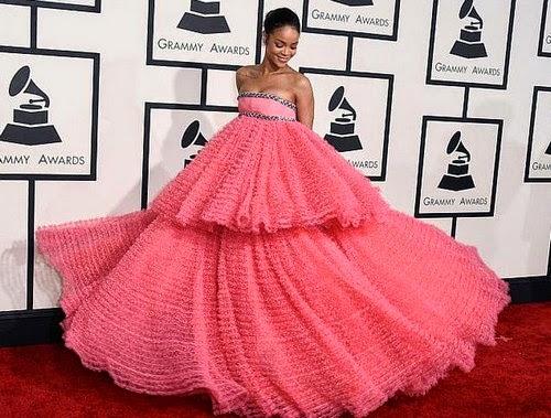 Gaun Rihanna Di Grammy Jadi Bahan Jenaka Di Media Sosial.