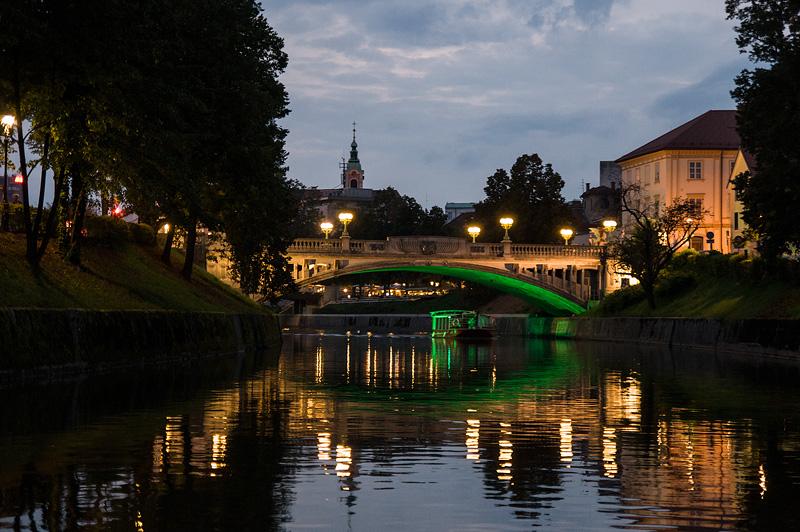 Ljubljana iz rečnega korita Zmajski most full