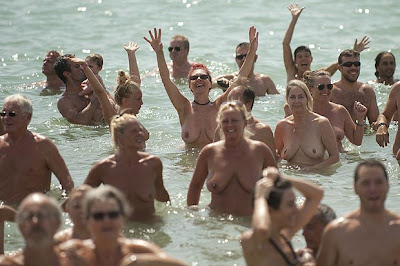 WOW!729 naturists set a new record by hitting the beach stark naked(Photos)
