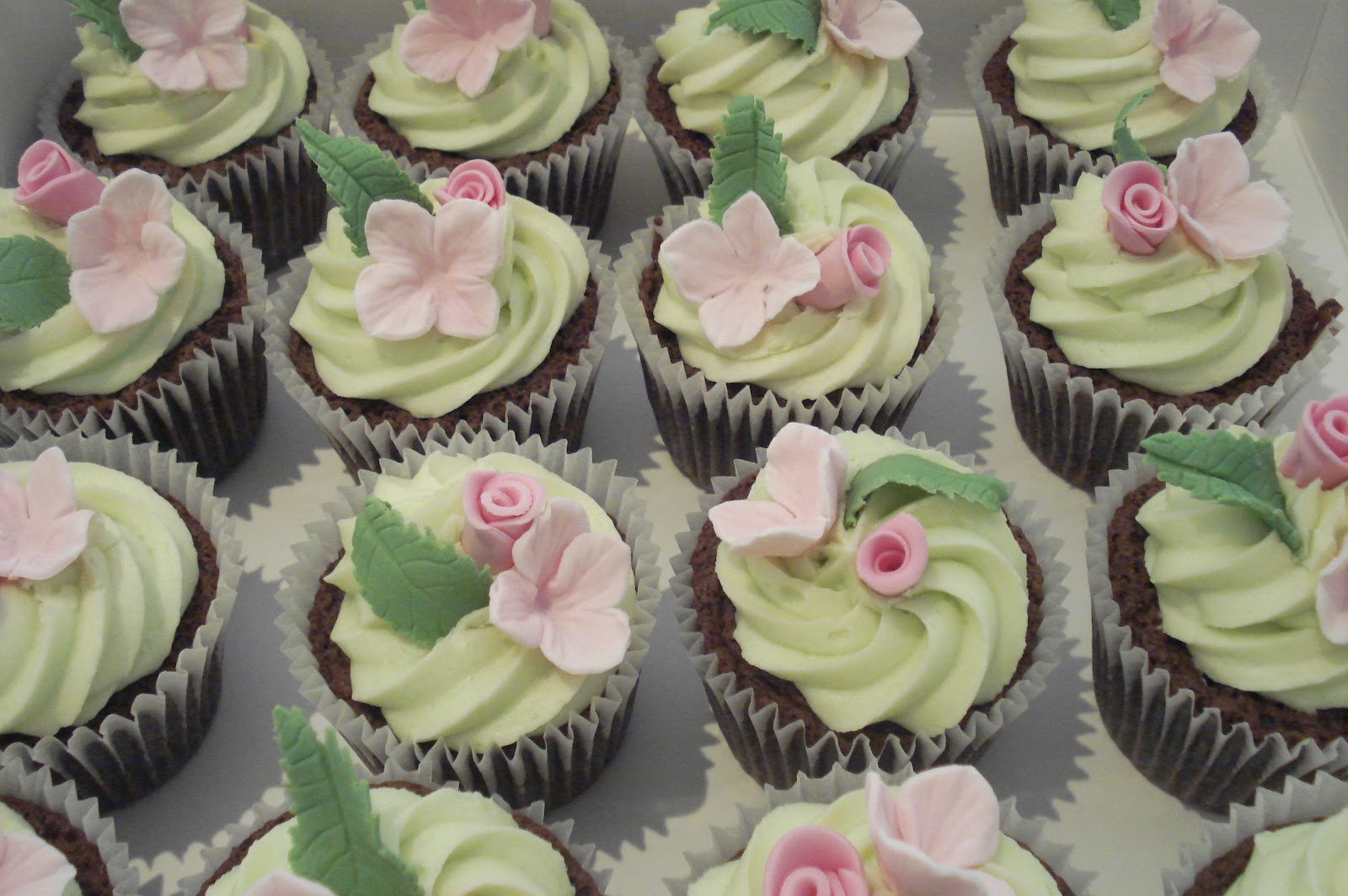 Wonderful World of Cupcakes Pretty Floral Cupcakes