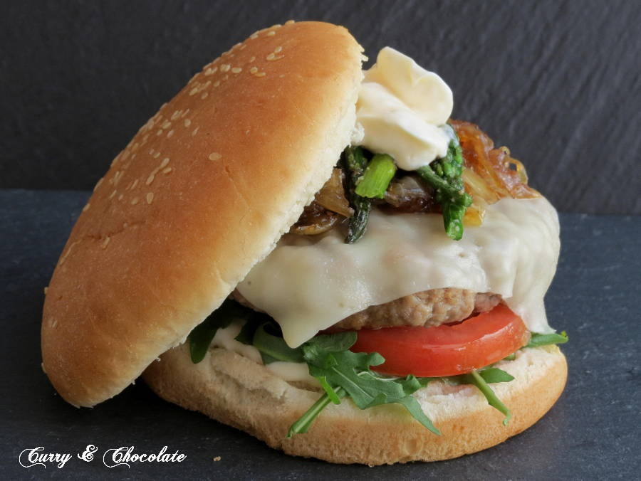 Beef burger with stir-fried asparagus and caramelized onion