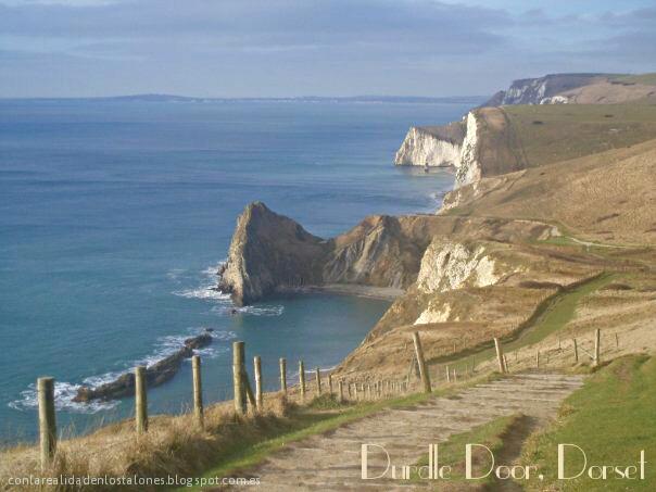 Vistas que te quitan la respiración y el habla. Impresionantes acantilados y aguas cristalinas. Espectacular paisaje de Lulworth Cove y Durdle Door en Dorset, Inglaterra