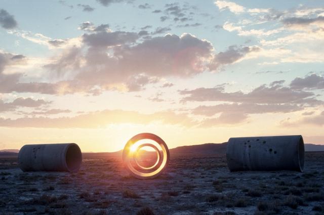 Sculpture nancy holt et le land art avignon locators for What is a sun tunnel