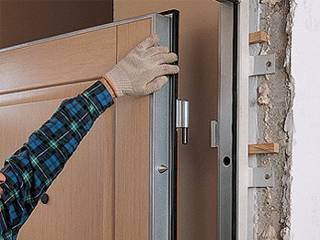 Установка новой входной двери в квартире процесс серьезный и требует к себе ответственного подхода. В этой статье я дам несколько советов всем тем, кто делает у себя в квартире ремонт и решил также поменять входную дверь. На что обратить внимание при установке и покупки новой двери в квартиру? Ниже Вы найдете ответы на эти вопросы. Итак, входная дверь помимо защиты Вашего жилища от воров и грабителей, также должна защитить Вас от неприятных запахов и шума.