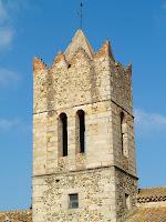 El campanar, amb merlets, de Sant Julià d'Alfou