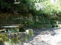 L'espai de la Font de l'Abeurada amb taula i seients de pedra