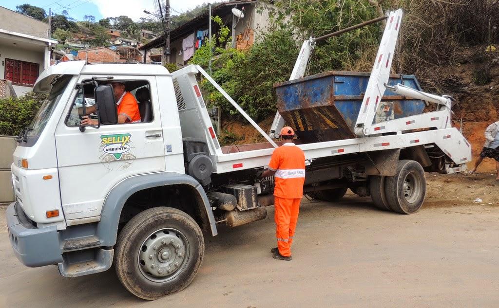 A pedido de moradores, Prefeitura substitui caçamba de lixo por doze latões de 200 litros, cada