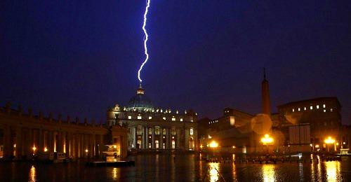 rayo cae sobre basilica Vaticano