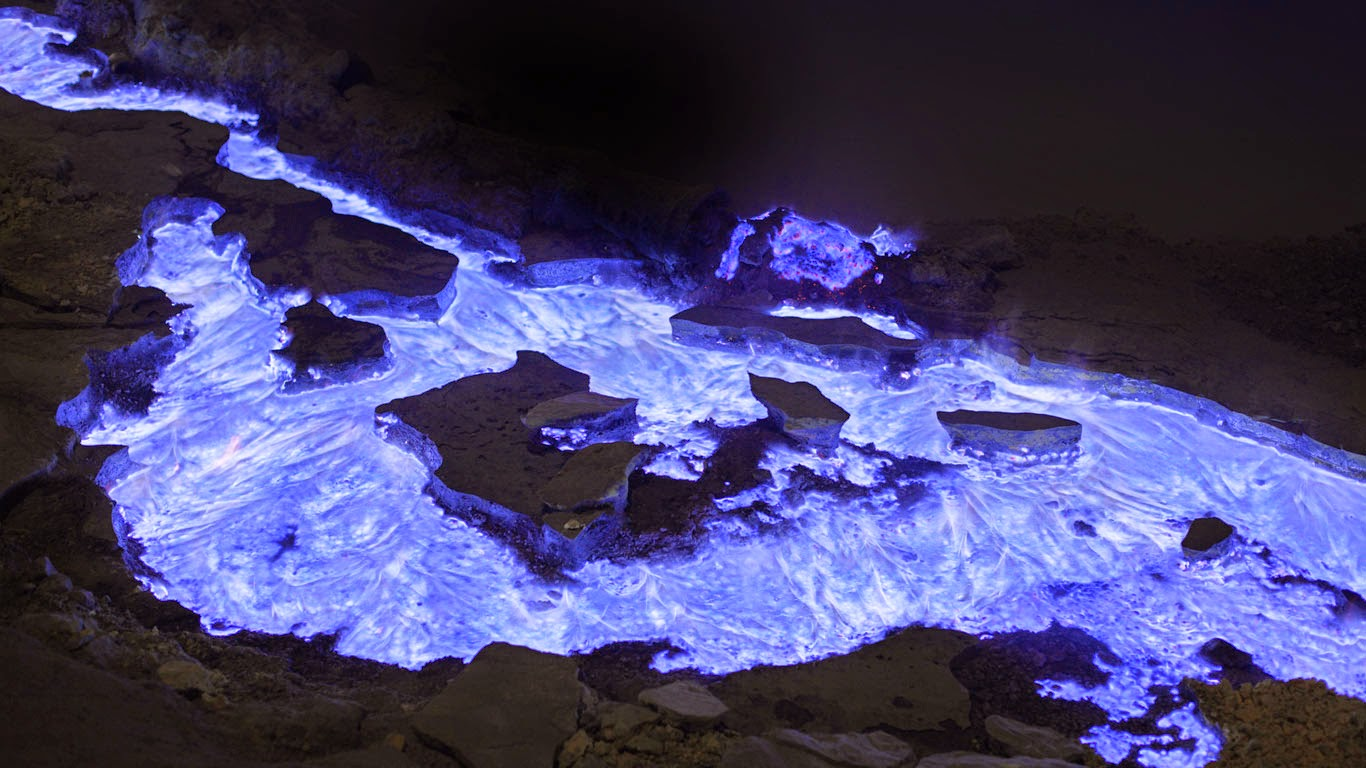 Flaming sulfur from Kawah Ijen volcano, Indonesia (© Martin Rietze/Alamy) 488