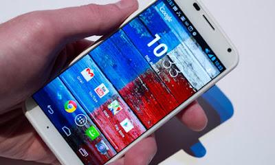 Moto X, o primeiro celular produzido pela Motorola desde sua aquisição pelo o Google, começa a chegar ao mercado.
