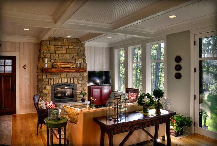Деревянный дом в американском стиле, гостиная, камин