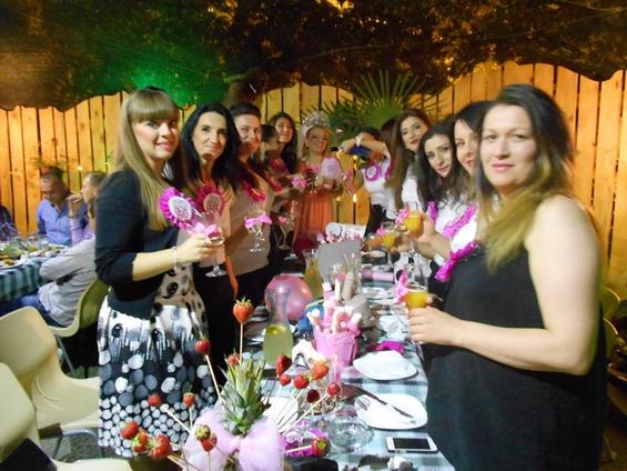 весела-женска-екипа-девојачко-вечер