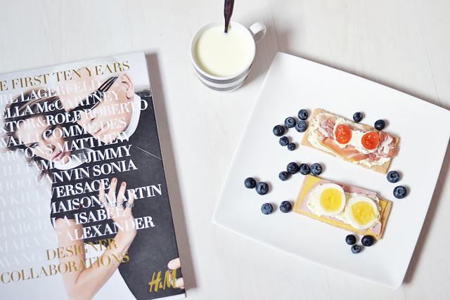 breakfast idea, ikea, h&m, alexander wang, crispbread, recipe, healty, gezond, ontbijt, kaba, tomatoes, blueberrie, egg