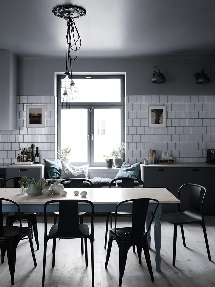 Casa con tonalit verde azzurro e contrasto chiaro scuro for Nordic style arredamento
