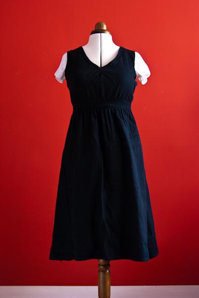 schwarzes Kleid aus Wolljersey auf Püppi