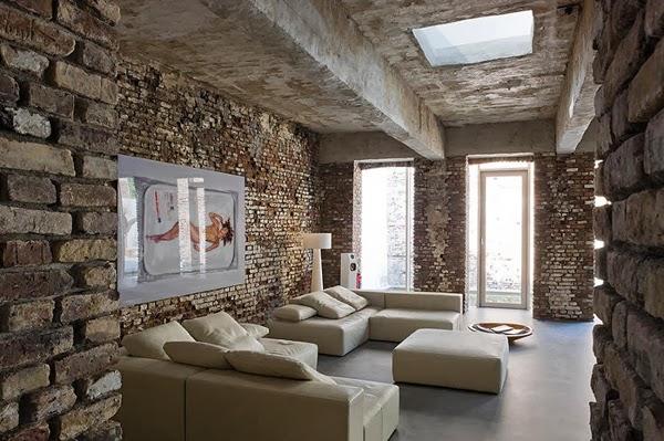 Ściany z cegły i białe sofy