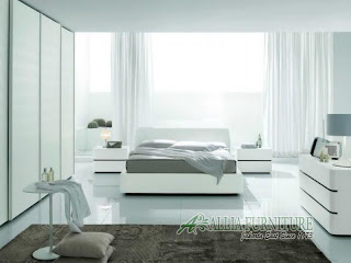 Ruangan kamar tidur dengan dominasi warna putih