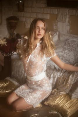 vivienne mok photographie lingerie femme blonde sexy seins nus robe transparente blanche brodée