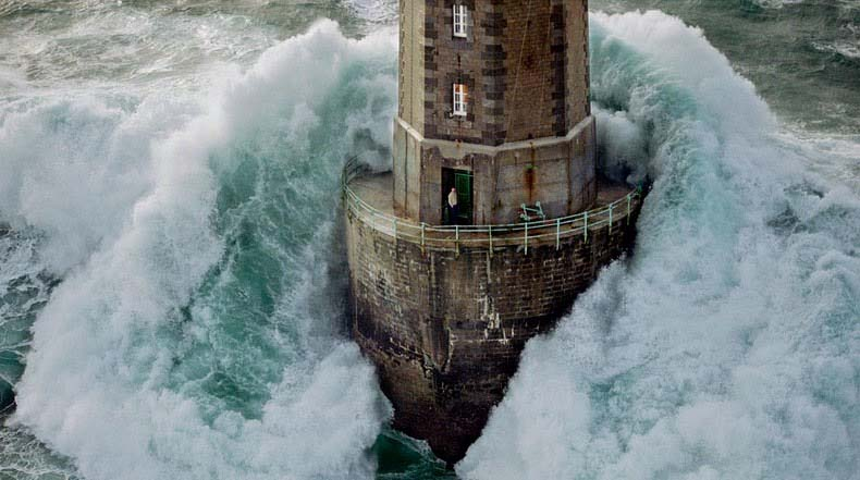Los faros de las olas destructivas de Bretaña, Francia