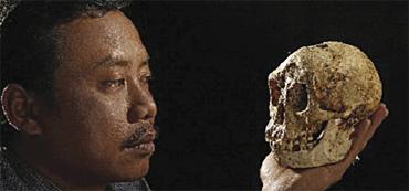 Pakar arkeologi Indonesia, Thomas Sutikna turut mengkaji spesies Hobbit.
