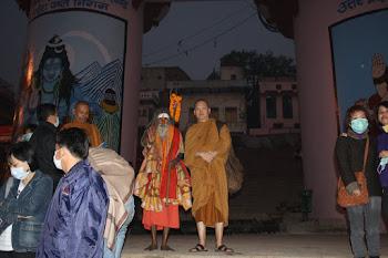 Gambar bhante sama bhrama Hindu di sungai Ganga India Varanasi