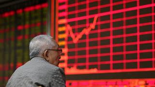 Τη Δευτέρα υπήρξε η μεγαλύτερη σε οκτώ χρόνια χρηματιστηριακή κατάρρευση τιμών στην Κίνα. Ακόμα και σήμερα, η κατάσταση δεν έχει σταθεροποιηθεί στο χρηματιστήριο. Σύμφωνα με αναλυτές, η πολιτική ευθύνεται για την απότομη πτώση των τιμών.