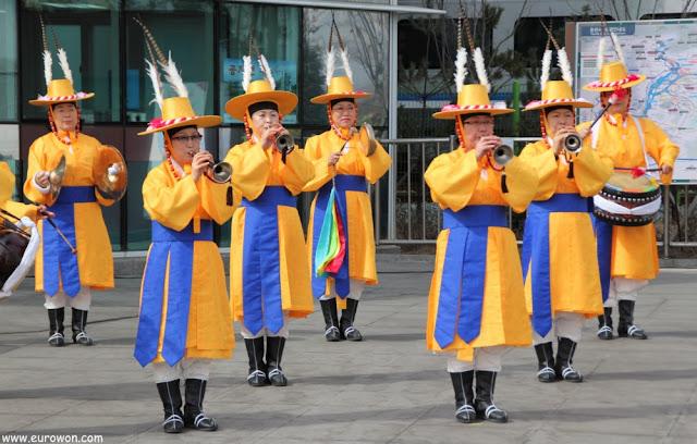 Coreanos tocando música tradicional