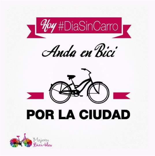 ...Anda en bici por la ciudad...