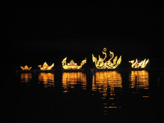 Loy Krathong 560x420 أجمل مهرجانات العالم ''مهرجان المصابيح في تايلند '' سيذكرك بفيلم ديزني الشهير Tangled