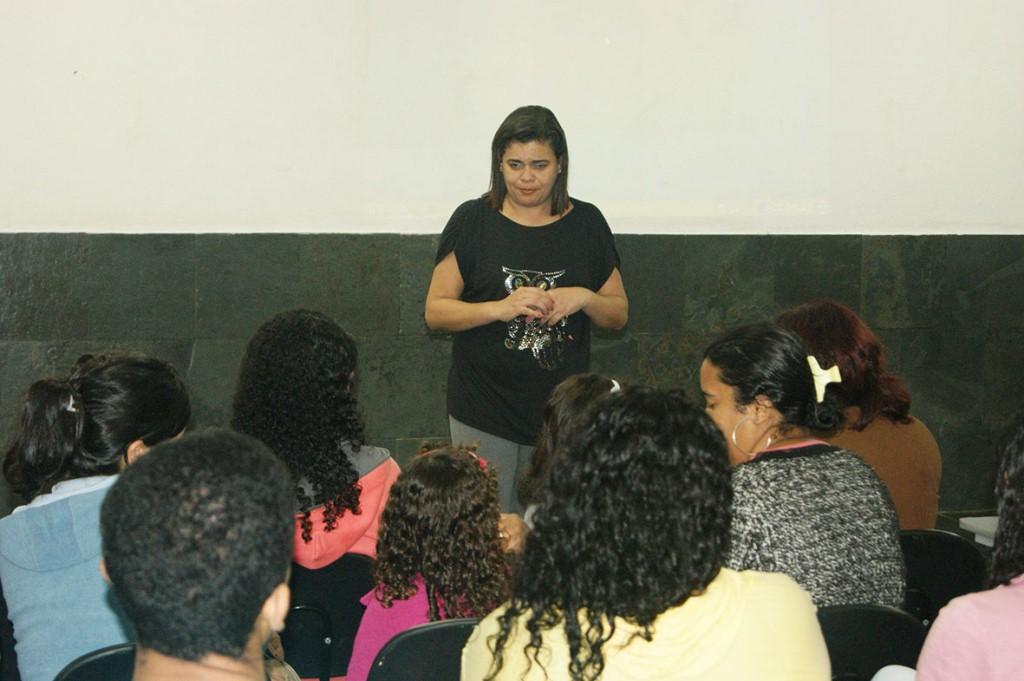 Professora Márcia Maria Tavares de Souza, coordenadora do Programa Mais Educação, passa os informe administrativos para os monitores