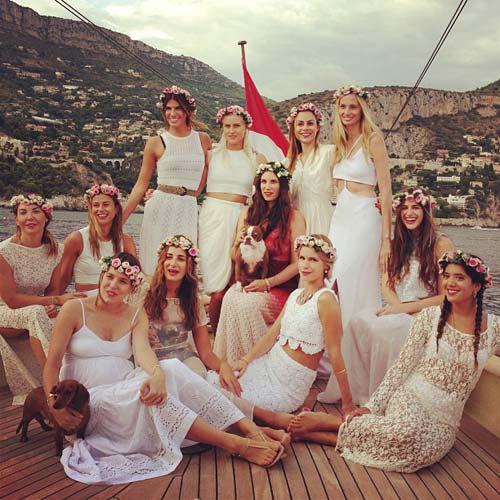 Para la ocasión eligieron un estilo hippie,chic, todas de blanco y diademas de flores a excepción de la novia que optó por un vestido tye,die en tono fucsia