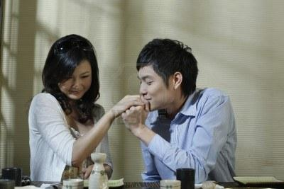 اسباب لكى تعطى حبيبك فرصة ثانية فى الحب - رجل يقبل يد حبيبته امرأة - man kissing woman hand