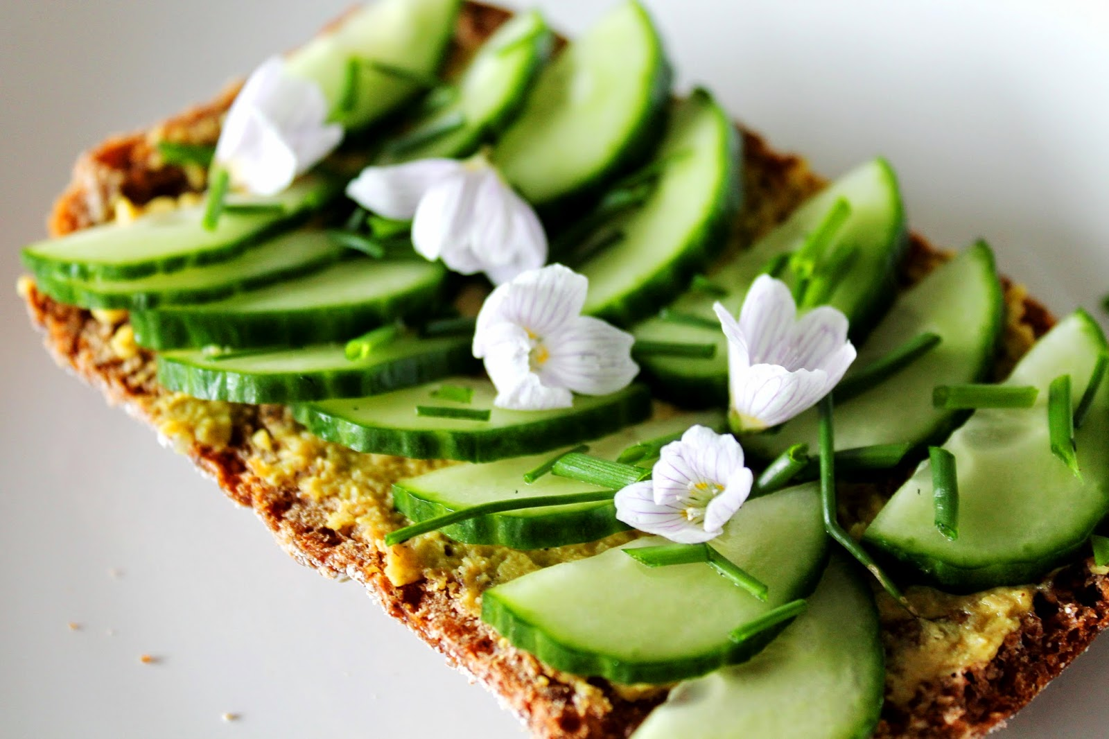 Rye bread with hummus, cucumber, chive and wood sorrel flowers | Alinan kotona blog