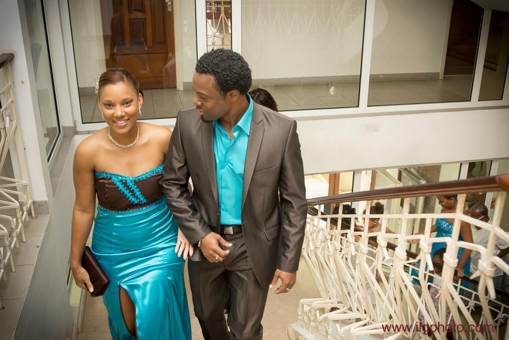 Mariage de Steffy et Manuel: montée des marches de la mairie de Baie-Mahault